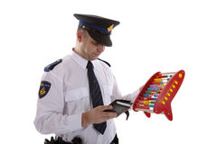 L'ufficiale di polizia olandese sta contando le quote dei buoni con il ove dell'abaco Immagini Stock Libere da Diritti