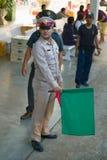 L'ufficiale di servizio sulla stazione ferroviaria dà il comando partire il treno thailand immagini stock libere da diritti