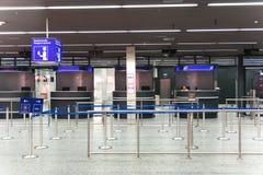 L'ufficiale sta aspettando al contatore di controllo del passaporto il passaggio arrivante Fotografia Stock