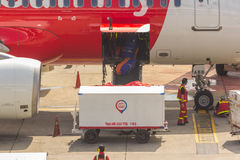 L'ufficiale sta caricando i bagagli Immagine Stock