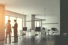 L'ufficio bianco, lato degli schermi di computer ha tonificato la gente Immagini Stock Libere da Diritti