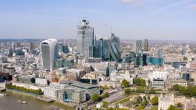 L'ufficio moderno si eleva vista aerea nell'affare e distretto finanziario a Londra immagini stock libere da diritti
