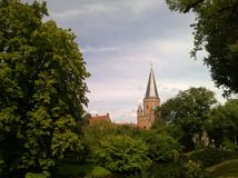 L'uitzicht de Mooie foto van het op een le fumier de kerk en DE bossen Photo libre de droits