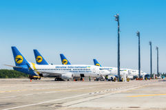 L'Ukraine, Borispol Boeing 737-300 avions après le vol, déchargeant le bagage à l'aéroport international de Borispol Photo stock