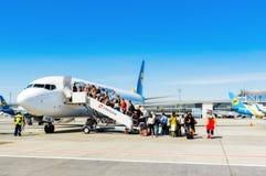L'Ukraine, Borispol - 22 mai : Passagers de l'atterrissage d'échelle chez Boeing 737 à l'aéroport international Borispol le 22 ma Photos stock