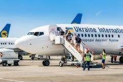 L'Ukraine, Borispol - 22 mai : Passagers de l'atterrissage d'échelle chez Boeing 737 à l'aéroport international Borispol le 22 ma Images stock