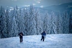 l'ukraine Bukovel 11 février 2013 Repos de skieurs dans les montagnes images stock