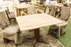 L'Ukraine, Kharkov, août 2017 Tableau et chaises dans la nature Café ou restaurant Fond pour votre installat de produit d'afficha Images stock