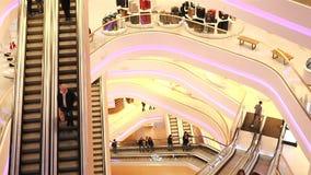l'Ukraine, Kiev Centre commercial TSUM 01 17 18 beaucoup d'escalators dans le mail Le mouvement des personnes Mouvement lent clips vidéos