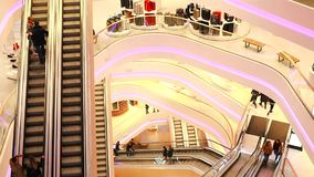 l'Ukraine, Kiev Centre commercial TSUM 01 17 18 personnes montent un escalator à un centre commercial clips vidéos