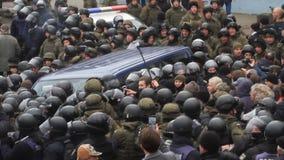 l'ukraine kiev 5 décembre 2017 Rebelle de personnes contre la puissance Collisions des personnes avec la police Protestation cont banque de vidéos