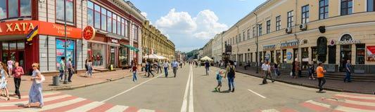 L'UKRAINE, KIEV - 12 JUIN 2018 : Touristes de promenade sur la rue piétonnière sur Podol au centre historique de Kiev Photo libre de droits
