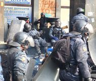 l'Ukraine, Kiev La rue proteste à Kiev sur le Maidan, police fatiguée Images stock