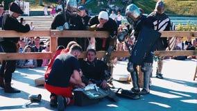 L'Ukraine, Kiev, le 9 juin 2018 tournoi de #2 Les médecins fournissent à des premiers secours à un chevalier une tête cassée clips vidéos