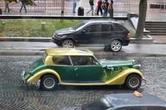L'Ukraine, Lviv - 15 juillet 2013 : Rétros tours de voiture de cru par le centre de la ville photo libre de droits
