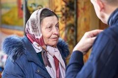 L'Ukraine, Shostka, église de Vladimirskaya - 3 mars 2019 : Femme agée dans un foulard de la foi orthodoxe dans l'église images libres de droits