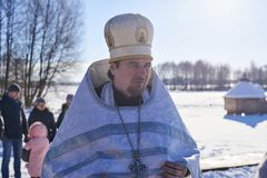 L'Ukraine, Shostka - 19 janvier 2019 : Père sur le lac Galenkovka Baptême chrétien de vacances dans le calendrier orthodoxe photographie stock libre de droits