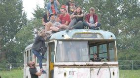 L'UKRAINE, TERNOPIL - 20 juillet 2018 : Jeune foule des adolescents dansant à un festival de musique en été sur un vieux rétro clips vidéos