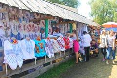 L'Ukrainien a brodé des vêtements sur la foire de Sorochintsy dans Velyki Sorochyntsi, Ukraine Photographie stock libre de droits