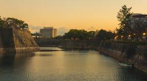 L'ultima luce del giorno splende intorno ad Osaka Castle È una bella immagine attira la gente molto Immagini Stock
