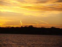 L'umidità pacifica arriva per creare il tramonto variopinto fotografie stock