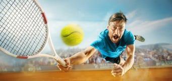 L'un giocatore di salto, uomo adatto del caucasian, giocante a tennis sulla corte di terra con gli spettatori Fotografie Stock Libere da Diritti