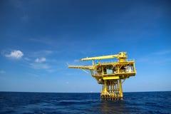 Öl- und Anlagenindustrie herein in Küstennähe, Bauplattform für Produktionsöl und Gas im Energiegeschäft Stockbild