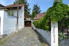 L'UNGHERIA, SZENTENDRE: Vista della via Entrata ad una casa di abitazione fotografia stock libera da diritti