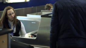 L'uniforme bella della donna in bianco e nero fornisce il controllo di passaporto stock footage