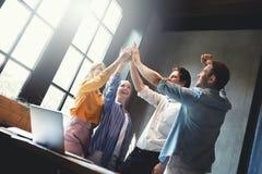 L'unità di lavoro di squadra arma il consolidamento immagine stock libera da diritti