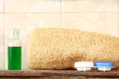 L'unité de caisse de récipient de verre de contact a mis dessus les repres en bois d'étagère de toilette Photo stock
