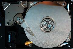 L'unité de disque dur démontée à partir de l'ordinateur, hdd avec l'effet de miroir a ouvert l'unité de disque dur du hdd d'ordin images stock