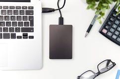 L'unité de disque dur externe de disque de sauvegarde s'est reliée à l'ordinateur portable Images libres de droits