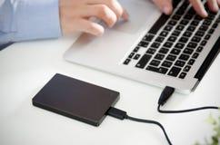 L'unité de disque dur externe de disque de sauvegarde s'est reliée à l'ordinateur portable photographie stock libre de droits