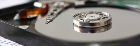 L'unité de disque dur de l'ordinateur ou de l'ordinateur portable se trouve sur la table Image libre de droits
