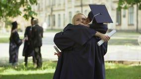 L'università si laurea la conversazione ed abbracciare, le coppie dello studente, l'amore e la relazione archivi video