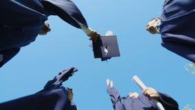 L'università si laurea tirando a sorte la loro tradizione dello studente dei cappucci quadrati, vista dal basso video d archivio