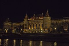 L'università tecnica Muszaki Egyetem nella notte Budapest Ungheria fotografia stock libera da diritti