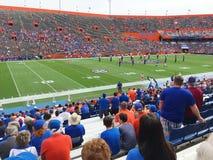 L'université des fans de la Floride observent l'échauffement de pré-jeu images stock