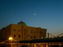L'université du Charjah au coucher du soleil, EAU - belle lune photos libres de droits