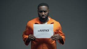 L'unJustice noir de participation de prisonnier signent en cellule, conscience de protection de droits de l'homme banque de vidéos