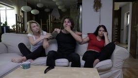 L'uomo è competizione sportiva di sorveglianza sorpresa della TV ma le ragazze tristi non sono felici a questo proposito stock footage