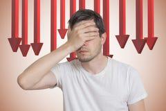 L'uomo è deludente dalla recessione Concetto di crisi economica o di cattivo investimento fotografia stock libera da diritti