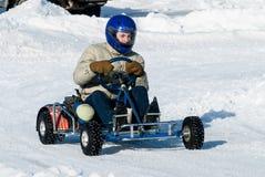 L'uomo è guidare da go-kart con velocità sulla pista karting Fotografie Stock Libere da Diritti