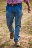 L'uomo è jeans d'uso di camminata ansima - la fotografia di riserva Immagine Stock