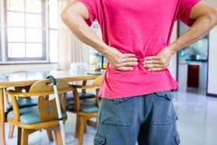 L'uomo è mal di schiena e condizione terribili immagini stock