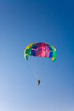 L'uomo è parasailing fotografie stock
