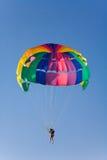 L'uomo è parasailing immagine stock