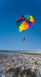 L'uomo è parasailing fotografia stock libera da diritti