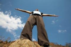 L'uomo è sulla parte superiore della montagna Fotografia Stock Libera da Diritti